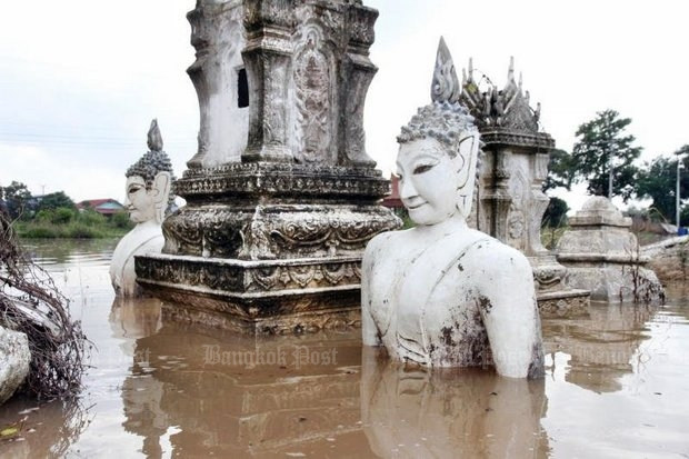 Wat Bunyakannawat in Ayutthaya's Bang Ban district is under a metre of water and floods are spreading acrossthe province, although Prime Minister Prayut Chan-o-cha promised last month there would be no flooding at all. (Photo by Sunthorn Pongpao)