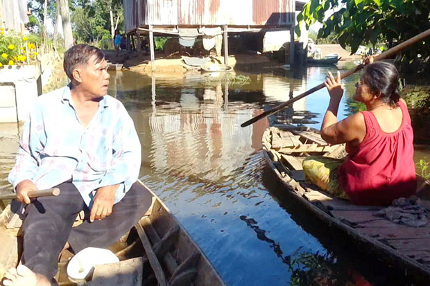 Villagers in tambon Wang Yai use boats to move around on Wednesday. Their village has  been inundated for more than two weeks and the water has started to smell. (Photos by Phubes Fates)