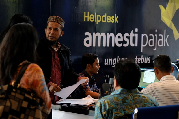 People wait at a help desk set up as part of the Indonesian tax amnesty campaign at the Finance Ministry in Jakarta on Friday. (Reuters Photo)