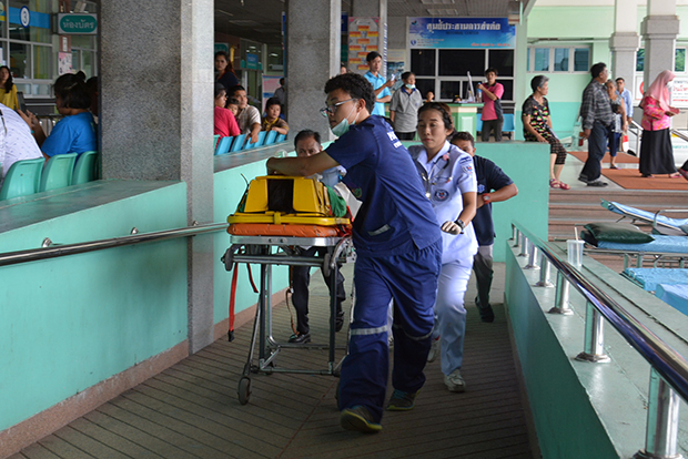 Wilaiwan Phankhian arrives at the provincial hospital after being injured by Phlai Big. (Photo by Sunthorn Pongpao)