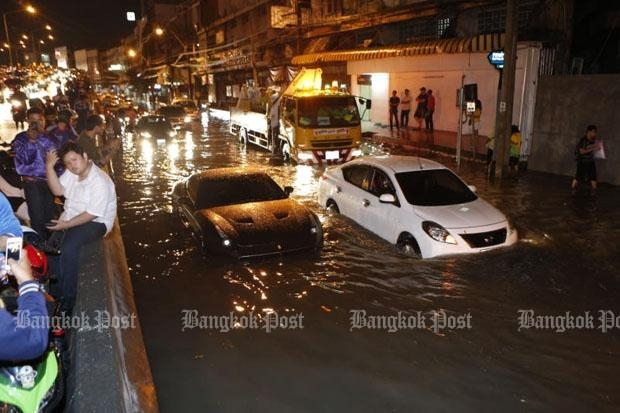 Yes that is a Ferrari California in the middle of heavily flooded Ngam Wong Wan Road near Pongpet intersection, Bangkok, Monday. Photos of the luxury car were widely shared on social media with some users expressing concern over the likely repair costs. (Photos by Pattarapong Chatpattarasill)