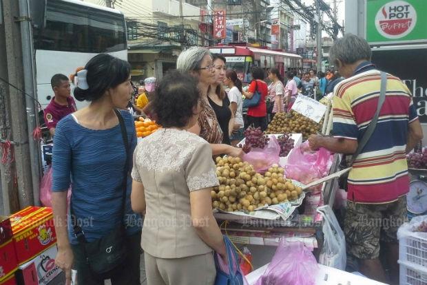 A vendor is doing a good business selling his fruits in Bangkok. (Bangkok Post file photo by Nittaya Nattayai)