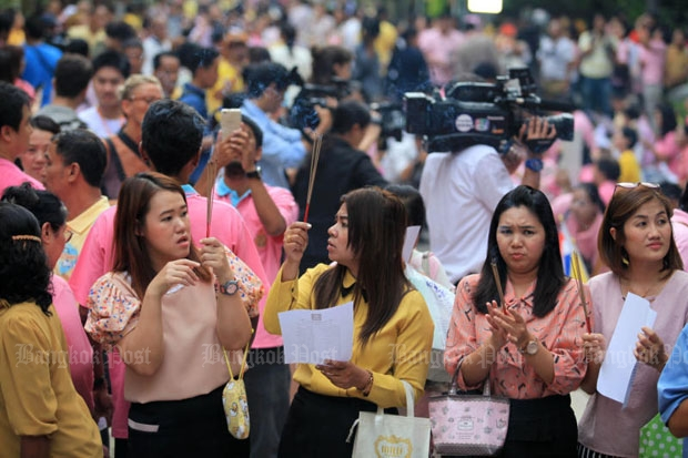 The crowd grows outside Siriraj Hospital in Bangkok on Thursday morning, with alms and prayers for the recovery of His Majesty the King. (Photo by Chanat Katanyu)