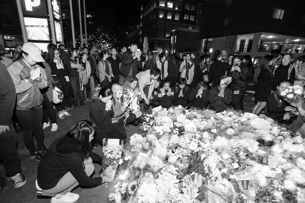 Thais living in the United States lay flowers in King Bhumibol Adulyadej of Thailand Square in Cambridge, Massachusetts, where the late monarch was born on Dec 5, 1927 while his father, Prince Mahidol, was a student at Harvard Medical School. (Bamka Boyd Facebook)