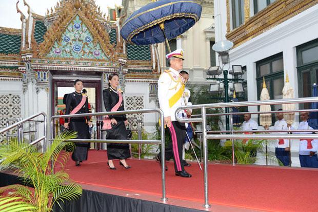 HRH Crown Prince Maha Vajiralongkorn, accompanied by HRH Princess Bajrakitiyabha and HRH Princess Sirivannavari Nariratana, arrives at the Dusit Throne Hall for a religious ceremony on Wednesday, the 7th day since the passing of King Bhumibol. (Photo courtesy of Royal Household Bureau)