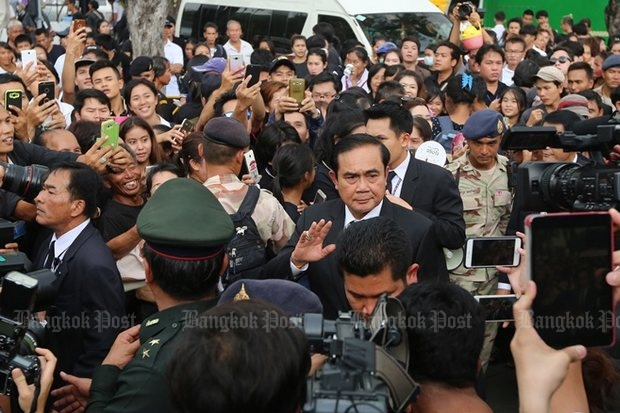 Prime Minister Prayut Chan-o-cha visited mourners Wednesday who were waiting at Sanam Luang to honour the King's memory at the Grand Palace. (Post Today photo)
