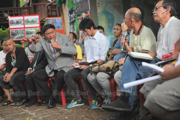 New Bangkok governor Aswin Kwanmuang, seen here (in grey suit) arguing with residents of Mahakan Fort, is to begin his first full day in office Thursday. (Photo by Wichan Charoenkiatpakul)