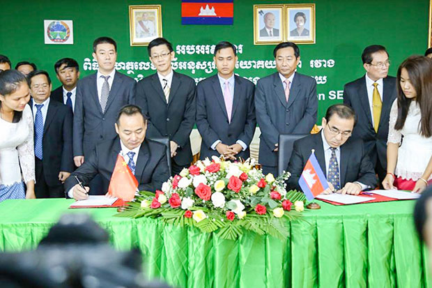 Cambodian Agriculture Minister Veng Sakhon (right) and Tian Rui (Cambodia) Agricultural Cooperation SEZ chairman Shen Chen at the agreement signing ceremony for the agricultural special economic zone in Phnom Penh. (Khmer Times photo)