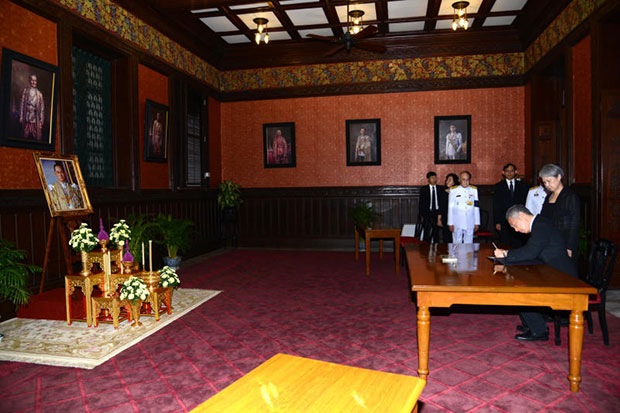 Singapore Prime Minister Lee Hsien Loong (second right) and his wife Ho Ching (right) sign a condolence book for King Bhumibol at the Red Room of the Royal Household Bureau inside the Grand Palace on Friday. (Royal Household Bureau photo)