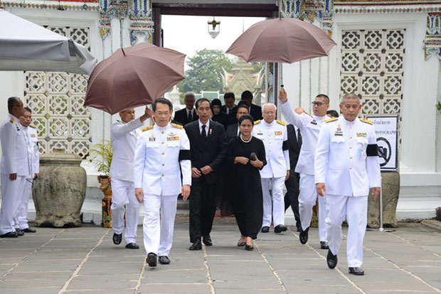 Indonesian President Joko Widodo and his wife Iriana arrive at the Grand Palace to pay respects to the late King Bhumibol on Tuesday. (Royal Household Bureau photo)