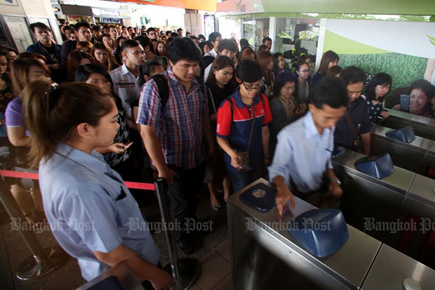 Hundreds of BTS skytrain passengers queue to pass through congested ticket turnstiles at Mor Chit station after on Feb 24 this year. (Photo by Pattarapong Chatpattarasill)
