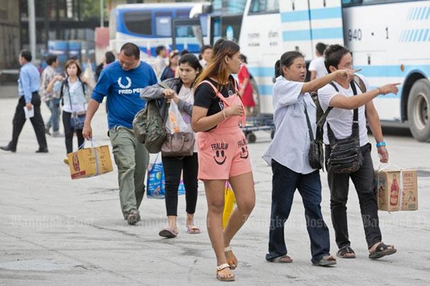 Passengers disembark after arriving at Mor Chit bus terminal. (file photo by Krit Phromsakla Na Sakolnakorn)