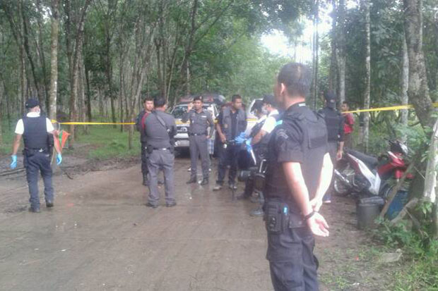 Police and soldiers close off the rubber plantation in Narathiwat's Rueso district where a local man was found shot dead on Friday. Another man was murdered in Waeng district. (Photo by Waedao Harai)