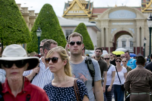 Foreign tourists visit the Grand Palace in Bangkok. Total revenue from tourism was up 12% year-on-year in the July-September quarter. (Photo by Krit Promsaka na Sakolnakorn)