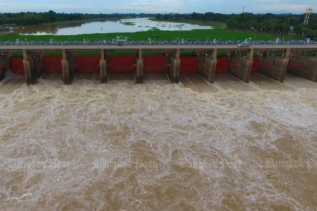 The Chao Phraya dam in Chai Nat reached its capacity in September, and authorities had to discharge water, which caused flooding. (Photo by Choodej Srihawong)