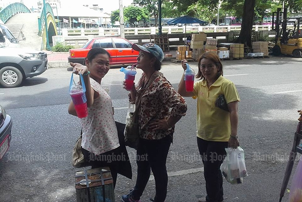 Daeng soda is a popular cold beverage offered by street vendors. (Photo by Nittaya Nattayai)