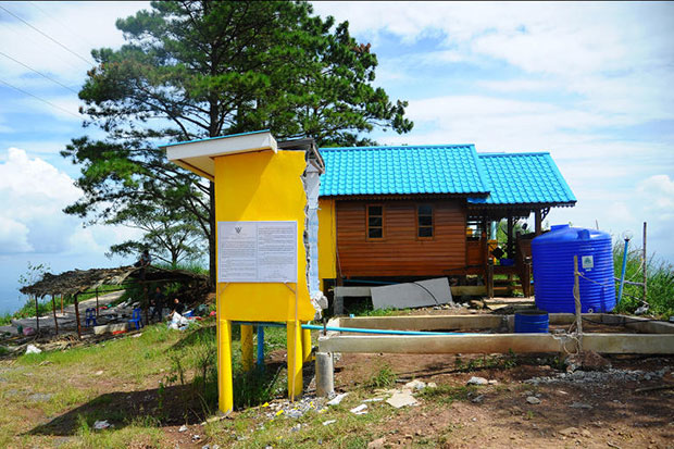 A demolition notice is posted on one of three small resorts on Phu Thap Boek in Lom Kao district in Phetchabun on Oct 30, 2016 ordering the owners to remove the buildings by Nov 13. (Photo by Sunthorn Kongwarakom)