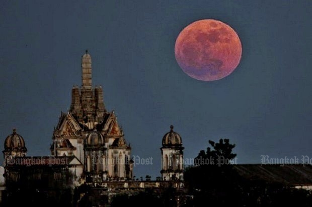 The supermoon of 2016 appears above the Phra Nakhon Khiri Historical Park, known as Khao Wang, in Phetchaburi. (Photo by Chanat Katanyu)