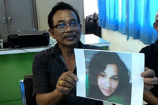 Anan Saengurai, 62, holds a photo of his daughter Nantiya, the missing wife of the accused Israeli murderer Shimon Biton. (Photo via Sanook.com)