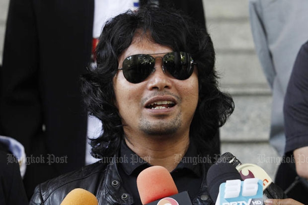 Rocker Sek Loso talks to reporters at the Criminal Court on Thursday after getting a suspended 15 month-prison term on an assault charge. (Photo by Pornprom Satrabhaya)