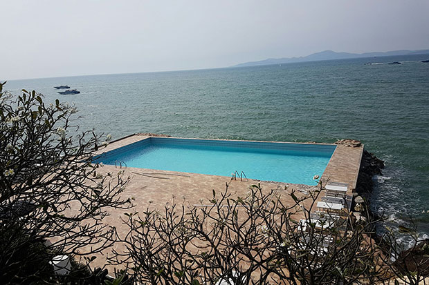 The illegal seafront swimming pool, built 21 years ago at what became the Golden Cliff House Hotel and encroaches on the sea. (Photo by Chaiyot Pupattanapong)