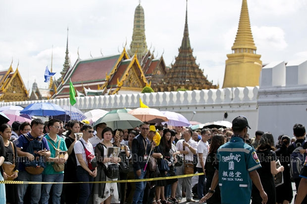 Tourists wait outside the Grand Palace on Nov 1, the day the palace reopened to  tourists after the passing of King Bhumibol on Oct 13. (Bangkok Post file photo)