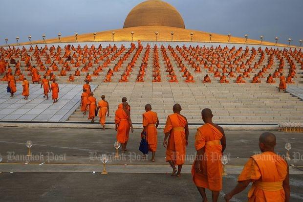 Followers of Phra Dhammajayo gather for meditation at Wat Phra Dhammakaya (Bang Post file photo)