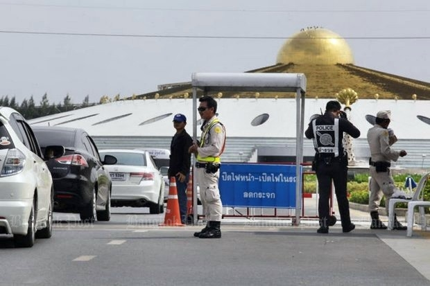 The obvious place to apprehend Dhammakaya sect founder Dhammajayo is the front gate of his massive temple complex, but it didn't work the last time, in May. (File photo)