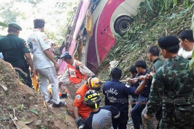 Rescuers work frantically to free 20 survivors from the bus crash that killed 20 retirees on an outing in Uttaradit province. (Photo by Boonnam Kerdkaew)