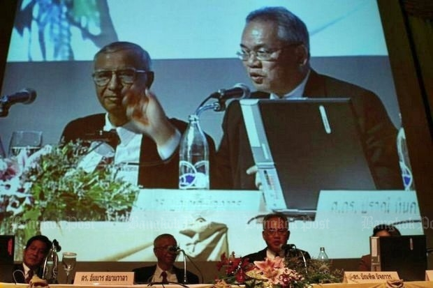 Bandid Nijathaworn, on the screen and at the microphone, is president and chief executive of the Thai Institute of Directors (IOD). (Photo by Wisit Tham-ngern)
