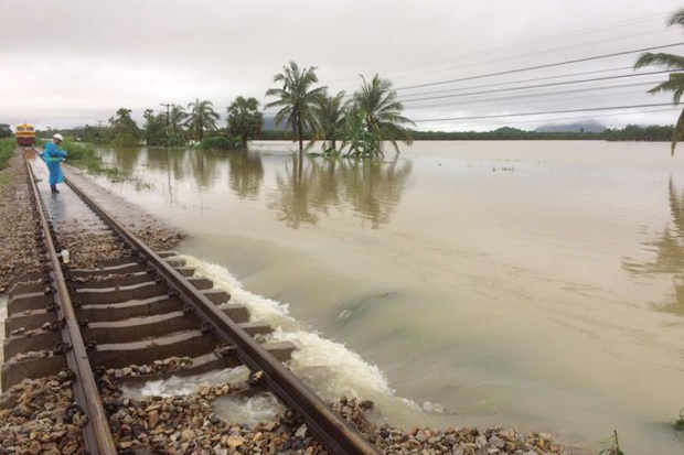 A State Railway of Thailand official inspects a flooded section of the track between   Phatthalung's Khuan Khanun district and Nakhon Si Thammarat's Cha-Uat district on Monday. (SRT photo)