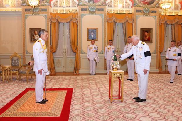 His Majesty King Maha Vajiralongkorn Bodindradebayavarangkun grants Privy Council president Gen Prem Tinsulanonda an audience to make an oath of allegiance on Sunday. (Photo courtesy of Royal Household Bureau)
