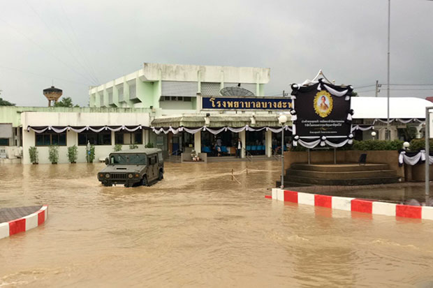 A military vehicle makes its way through the floodwater at Bang Saphan Hospital in Prachuap Khiri Khan's Bang Saphan district, where  more than 100 patients were being evacuated on Wednesday. (Photo by Chaiwat Satyaem)