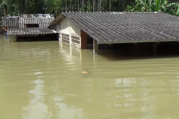 Floodwater was still more than one metre deep in tambon Na Tham Tai of Muang district, Trang, on Friday. (Photo by Methee Muangkaew)