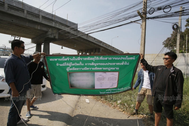 A notice orders Wat Phra Dhammakaya to clear all structures from its three canal bridges and to reopen them for public use. The temple also faces legal action for building three other bridges without permission. (Photo by Apichit Jinakul)