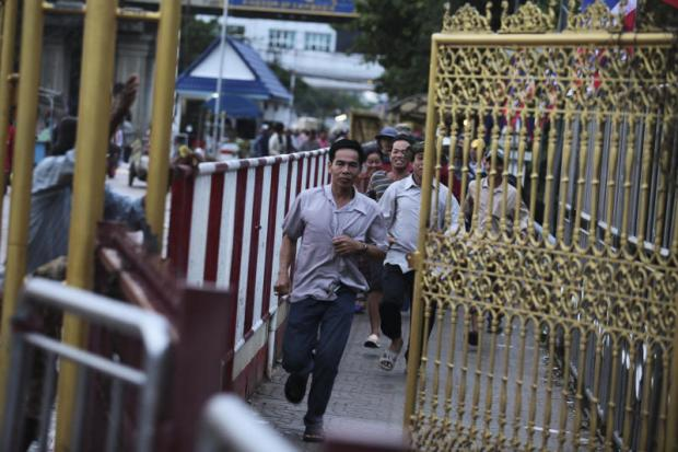 Cambodians pass through the checkpoint in Sa Kaeo province to enter Thailand. Photo: Patipat Janthong
