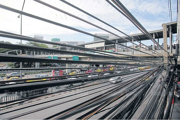 Telecom and cable lines line Phahon Yothin Road. The government is considering liberalising more service businesses for foreign investment, including telecommunications.(Photo by Pattarapong Chatpattarasill)