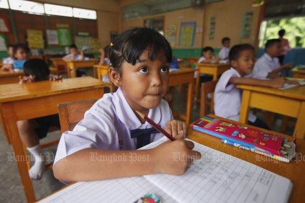 A student at Borpitwitthaya School on Sukhumvit Soi 64 listens attentively to the teacher. (Photo by Patipat Janthong)