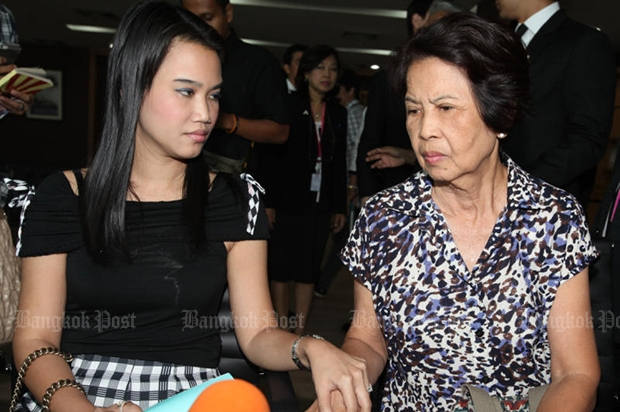 Nitiwadee Pucharoenyos, known as Mor Nim, (left) and her mother Surang Duangjinda at then-social development and human security minister Paveena Hongsakul's office in 2013. At the time, Mrs Surang claimed she ordered the murder to protect her daughter. She has been acquitted. (Bangkok Post file photo).