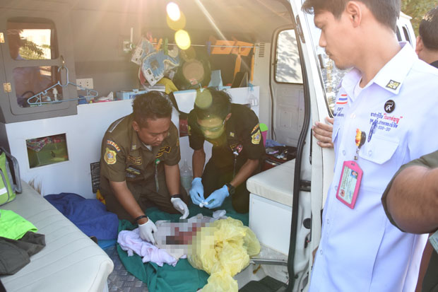 Rescuers provide first-air treatment to a newborn baby girl found abandoned near Talad Thai market in Pathum Thani's Khlong Luang district Sunday morning. (Photo by Pongpat Wongyala)