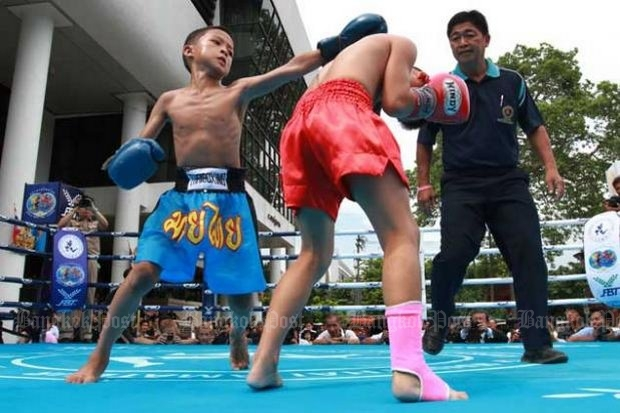 An expert on child safety says new rules should be put in to prevent 9-year-old professional boxers from punching to the head in their bouts. (Bangkok Post file photo)