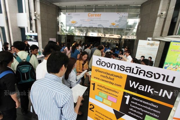 Job seekers apply for 1,500 positions at securities companies at the Career Opportunities in Securities Industry held at the Stock Exchange of Thailand on July 21, 2016. (Bangkok Post file photo)