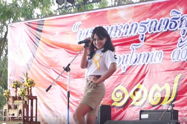 A contestant in the Chaiyaphumphukdeechumphon School beauty pagent introduces herself/himself.  (From a video by Peerasak Thaksawirekhaphant.)