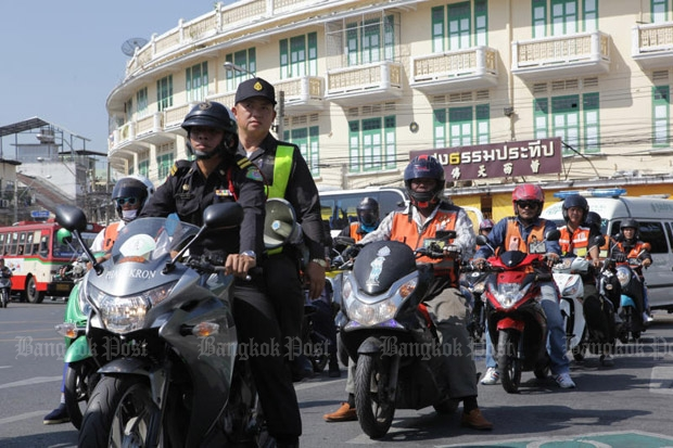 City Hall staff lead taxi motorcyclists through part of the town on Friday, as part of a road safety campaign encouraging motorcyclists to turn on their headlamps. (Photo by Tawatchai Kemgumnerd)