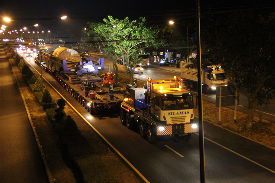 A 704-wheel truck trailer train carrying a new generator to Mae Moh power plant is ordered to pull over and park at a weighing station in Ko Kha district of Lampang after authorities found the two tractors pulling it did not match the details given to them. — Aswin Wongnorkaew