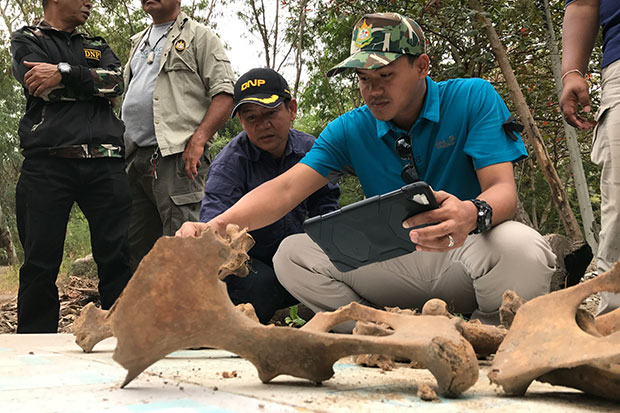 Phaya Sua task force chief Chaiwat Limlikit-aksorn (black cap) and other officials inspect elephant bones excavated at Moo Baan Chang in Hua Hin on Wednesday. (Photos by Chaiwat Satyaem)