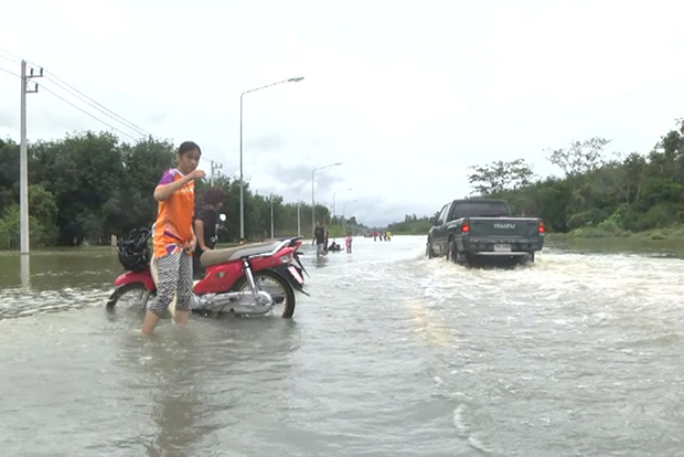 The road linking Sungai Kolok and Waeng districts of Narathiwat was flooded, with water 30-50 centimetres deep on Thursday morning. (Photo by Waedao Harai)