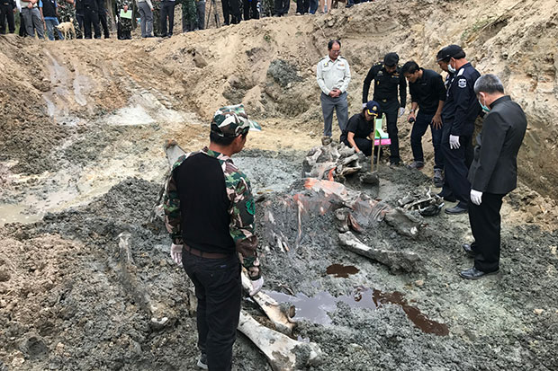 Authorities collect additional evidence from one of the elephant carcasses found to have not decomposed completely at Hua Hin's elephant village on Thursday. (Photos by Chaiwat Satyaem)