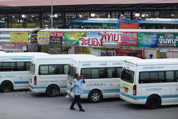 Interprovincial passenger vans wait for passengers at the Mor Chit Bus Terminal in Bangkok. The Transport Ministry wants microbuses to replace all such vans within this year. (Photo by Wichan Charoenkiatpakul)