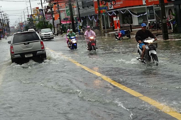 A road in Nakhon Si Thammarat's Muang district is still flooded on Sunday. (Photo by Nujaree Rakrun)